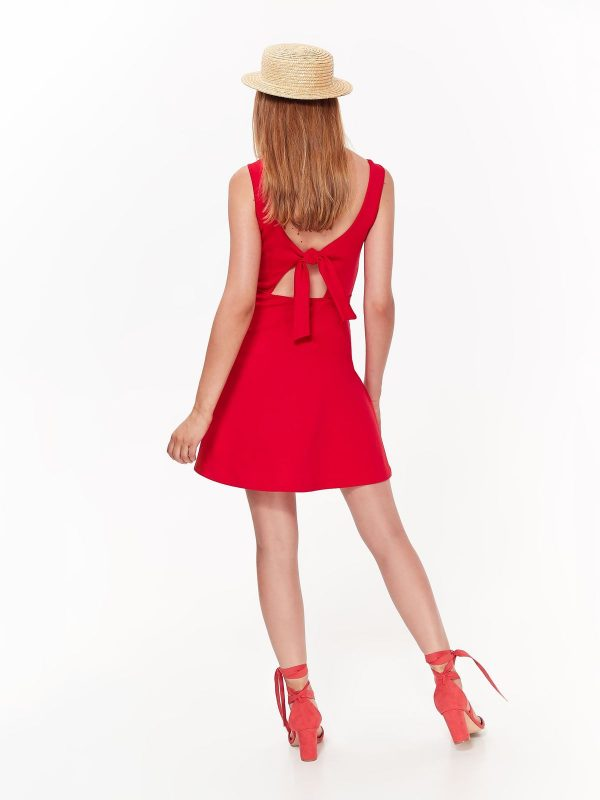 d45da5befe5e Šaty červené ramienkové s výstrihom na chrbte
